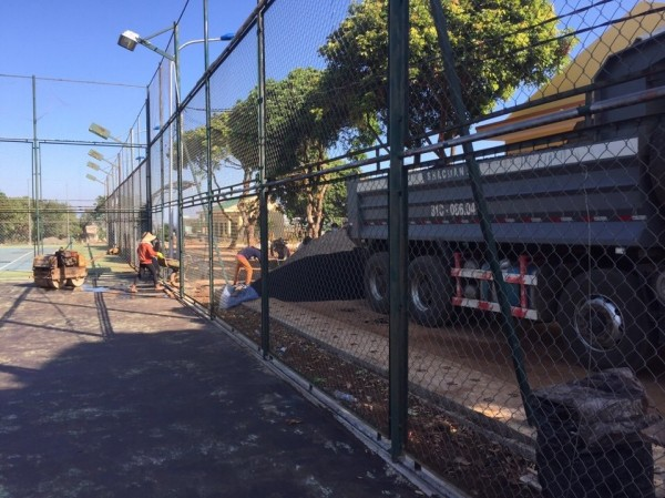 Nhũ tương làm sân tennis theo phương pháp tưới thấm nhập
